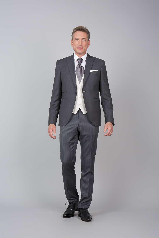 cérémonie tenue grise gilet blanc tailleur veste ouverte