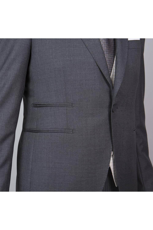 cérémonie tenue grise gilet blanc tailleur boutonnage profil