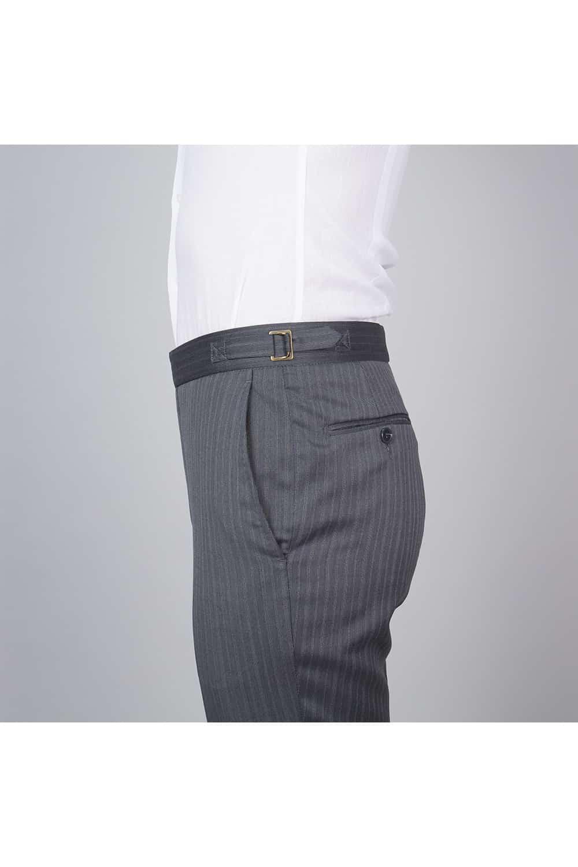 cérémonie tenue grise gilet blanc tailleur pantalon profil