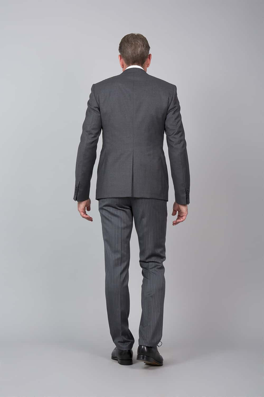 cérémonie tenue grise gilet blanc tailleur dos
